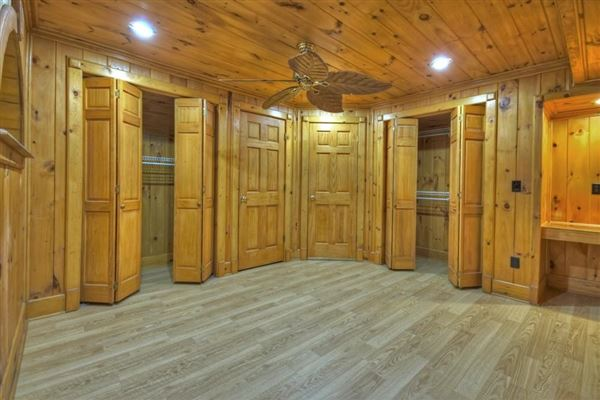 Luxury homes in grand MountainEstatewith private acres and creek frontage
