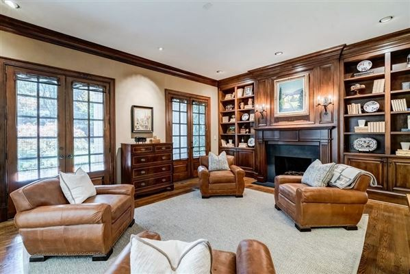 Luxury homes Beautifully manicured 1+/- acre estate