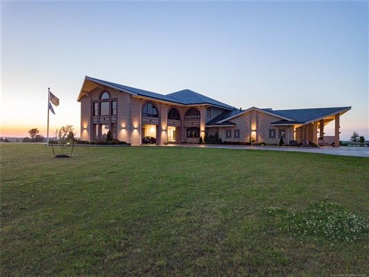 Luxury homes exquisite home on 28 acres