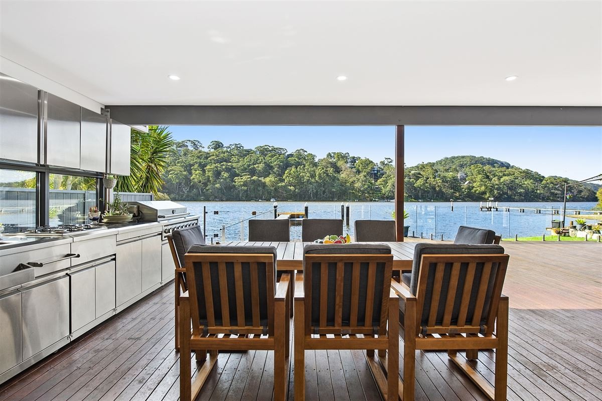 Luxury homes a modern waterfront home