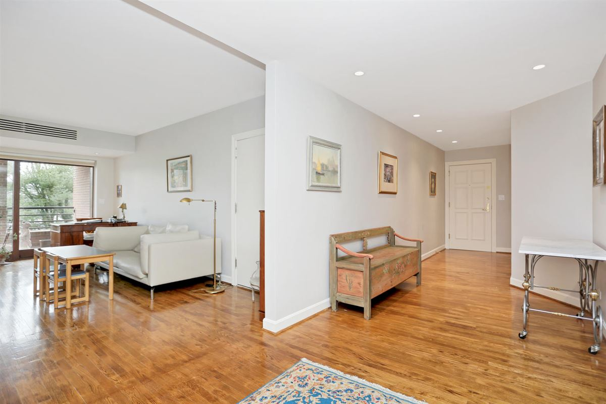 Luxury homes Beautifully Maintained Home in Greenwich