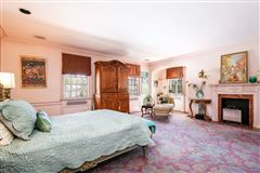 Luxury homes in Stately Murray Hill colonial