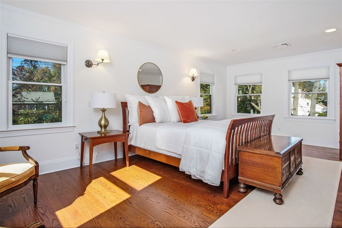 Mansions in spacious and sun-filled Colonial in Rye City