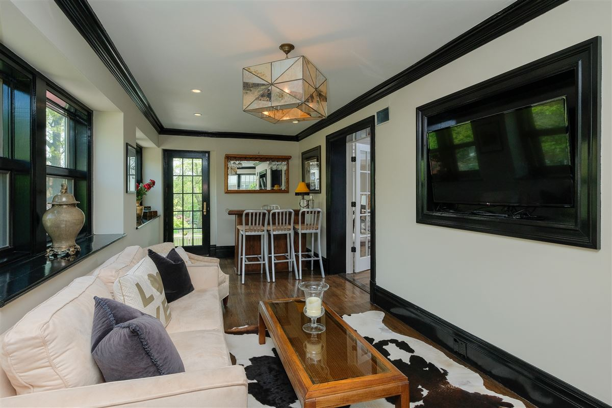 Luxury homes spectacular renovated Wykagyl Park home
