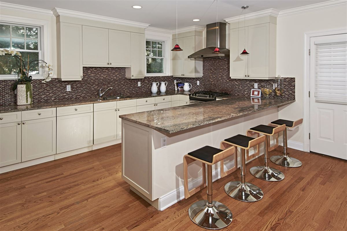 Luxury real estate quality Glen Oaks Colonial