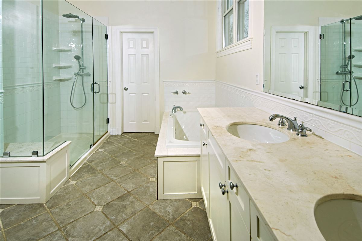 Mansions quality Glen Oaks Colonial
