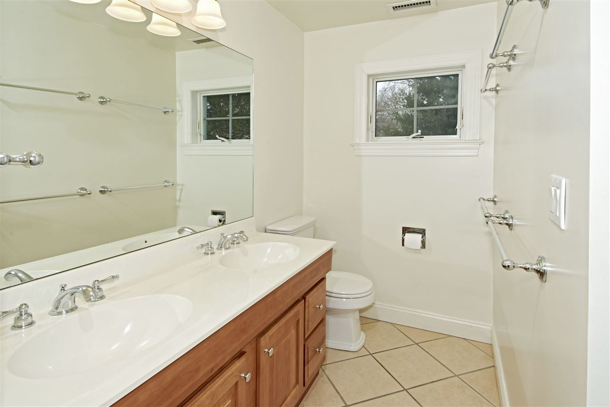 Mansions in quality Glen Oaks Colonial