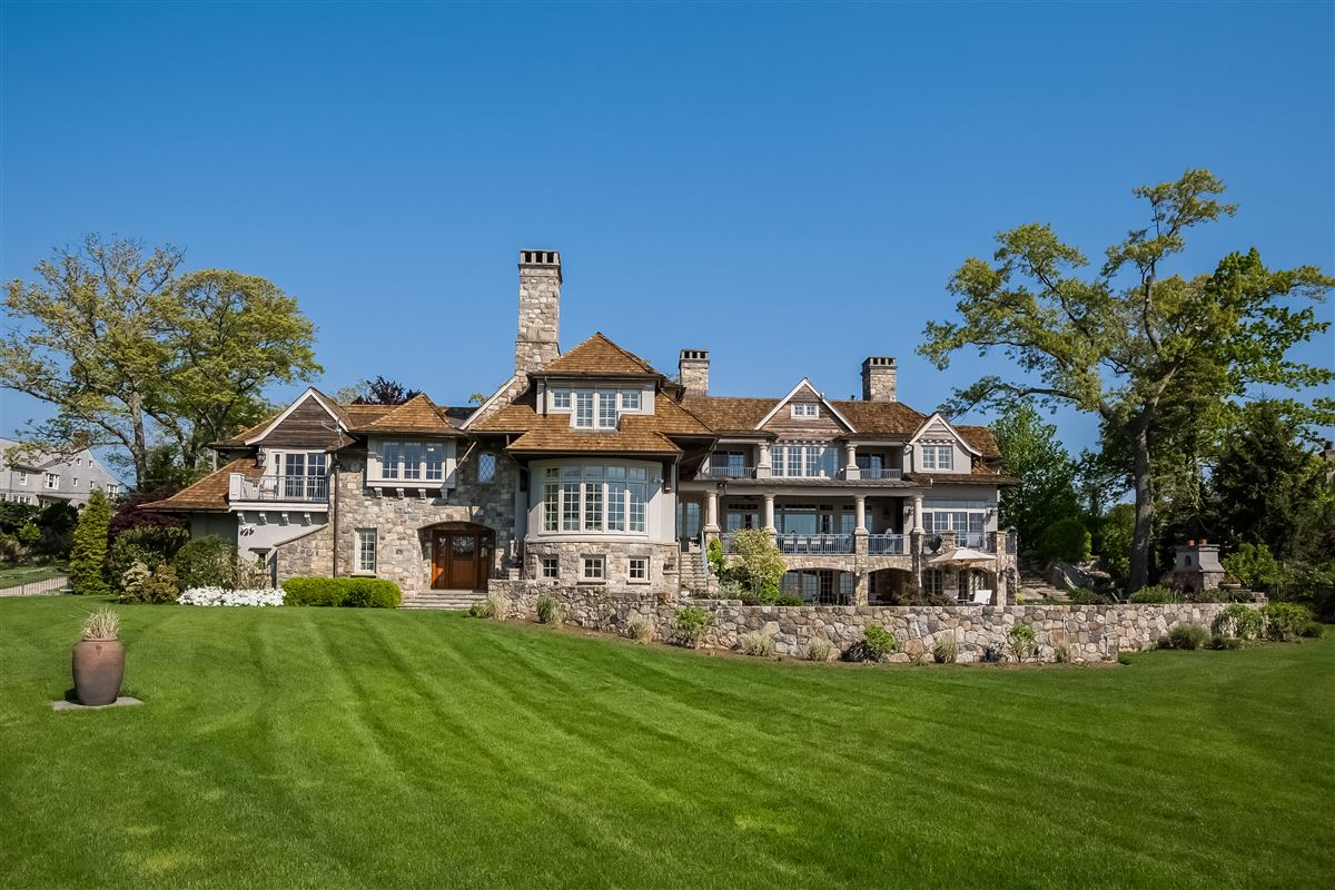 Luxury properties Lounge By The Pool In This High-End Home In Darien