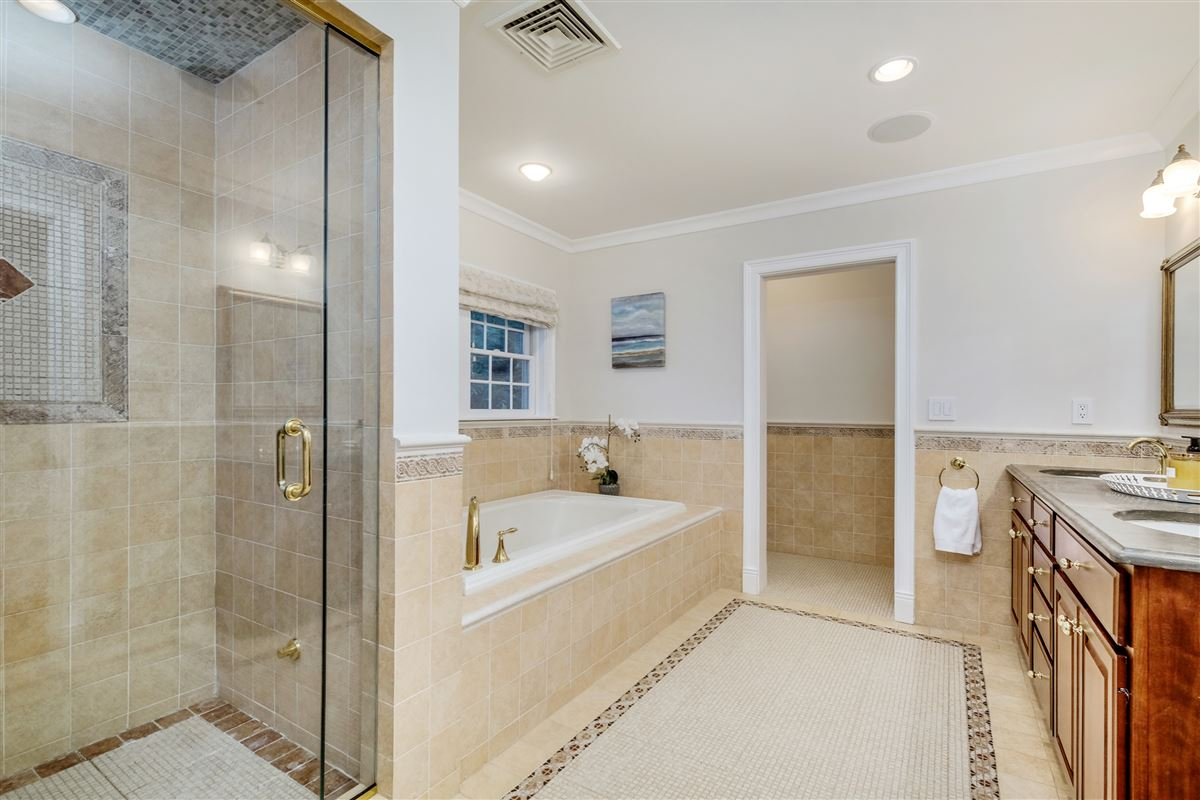 Luxury homes Recently updated colonial in scarsdale