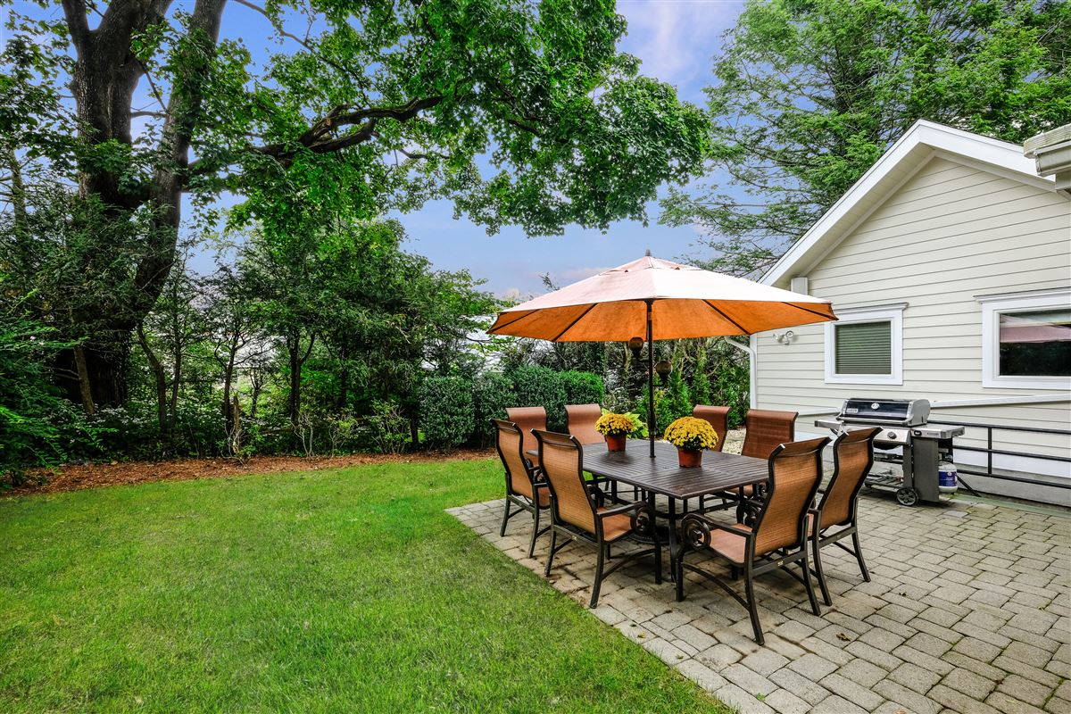 Recently updated colonial in scarsdale mansions