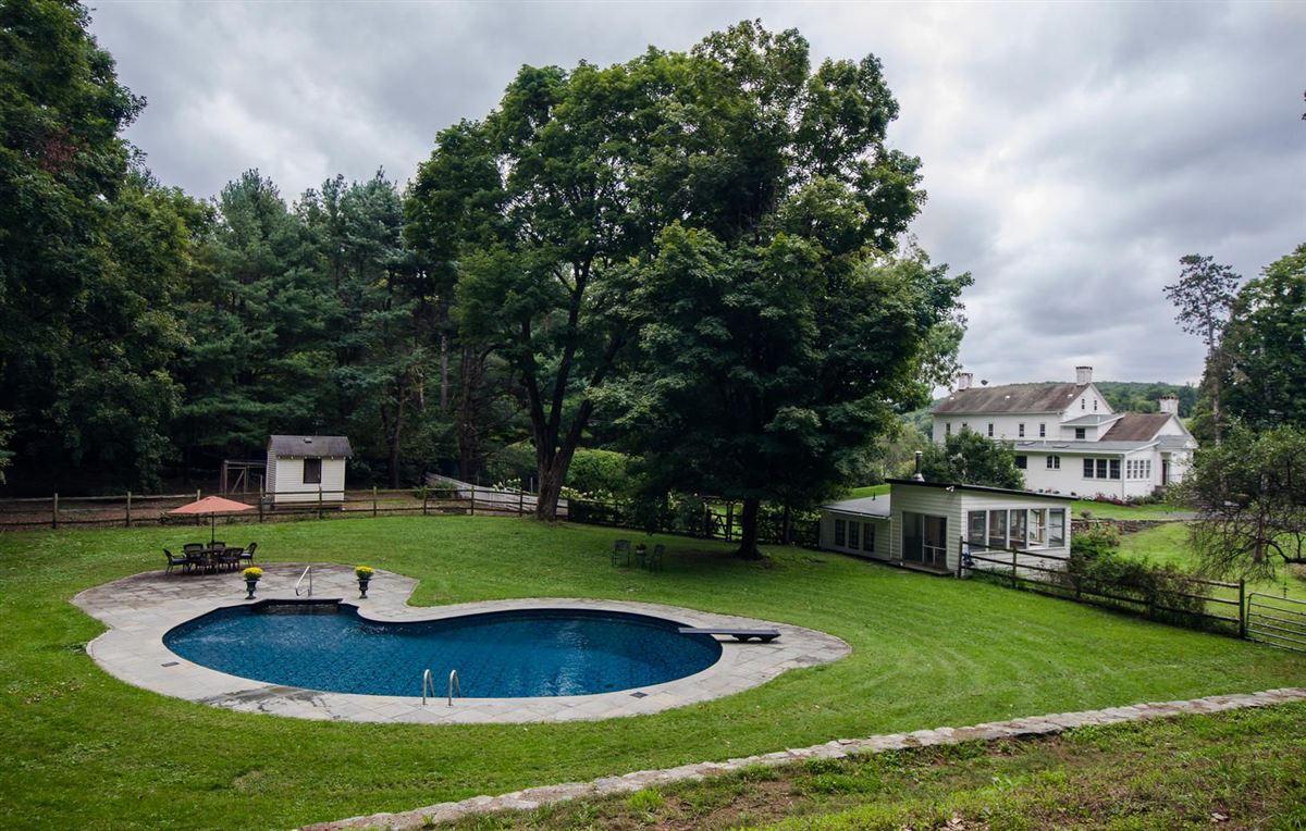 Luxury real estate stately 1810 Georgian Colonial-style farmhouse
