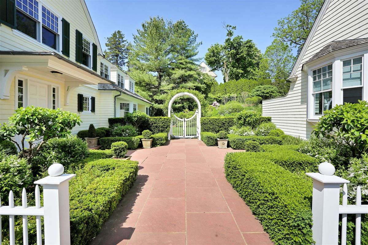 Mansions Spectacular custom shingle style Colonial