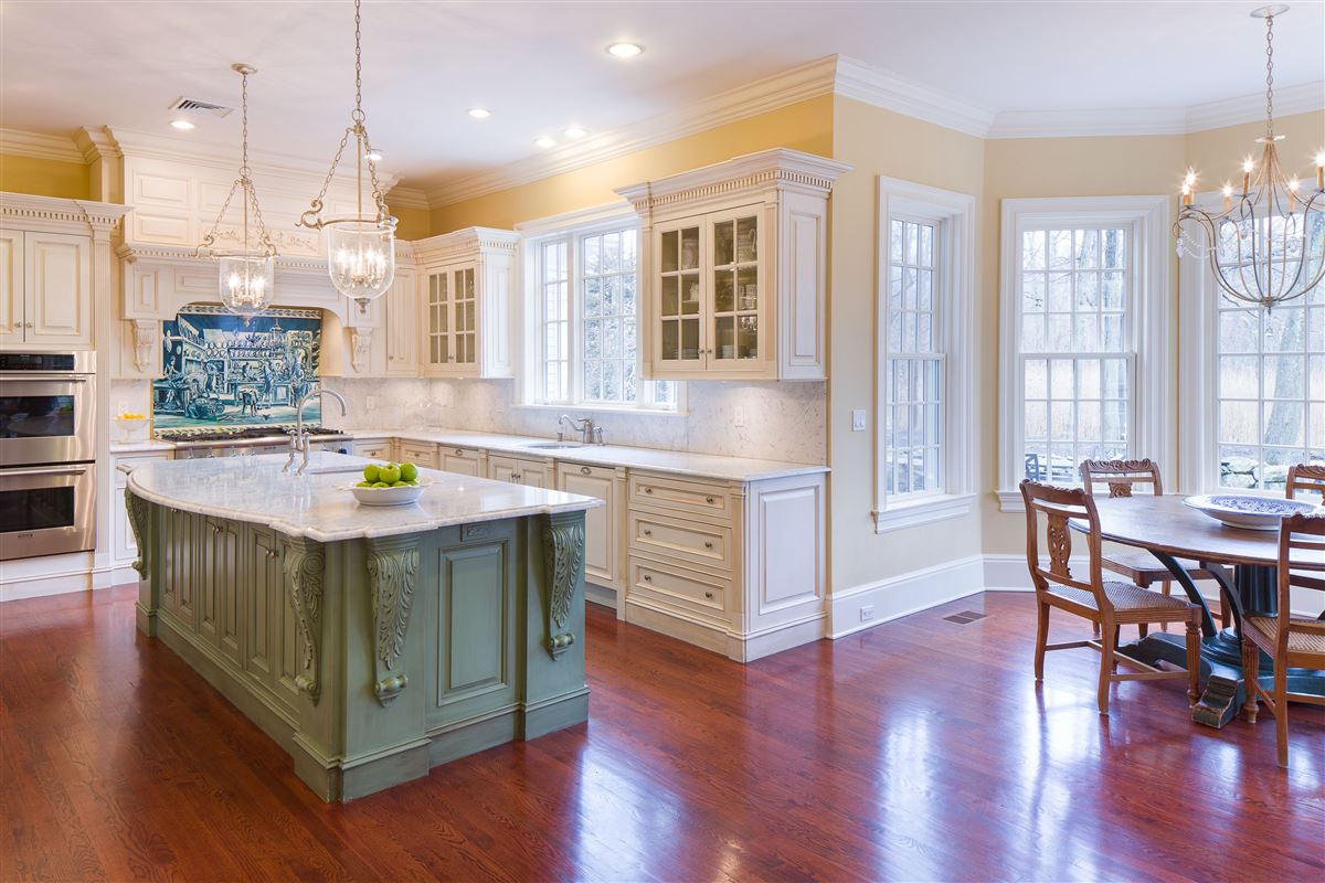 Luxury homes a Classic Shingle-Style Colonial in Purchase Estates