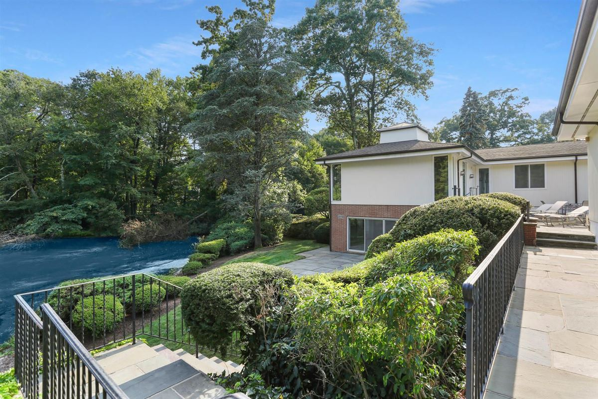 Luxury properties Lakefront in private Indian Harbor Association