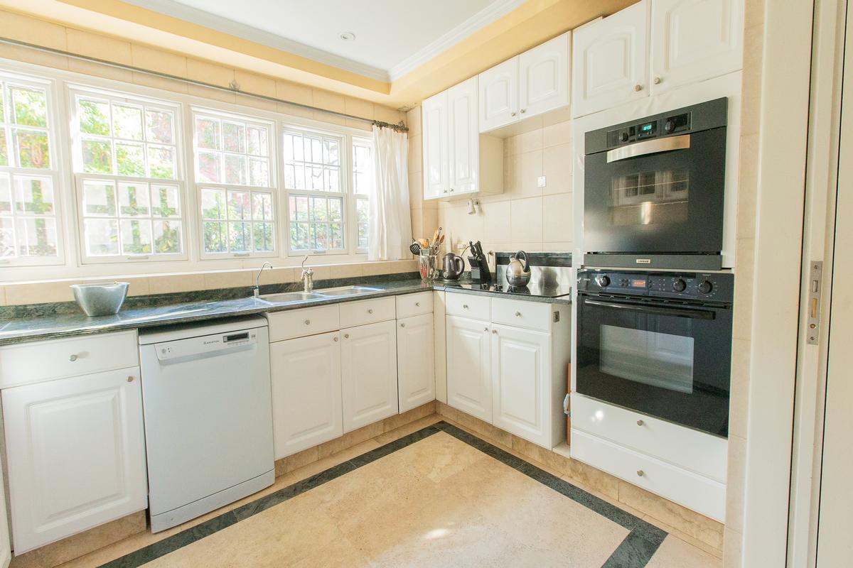Luxury properties Elegant and seamless house