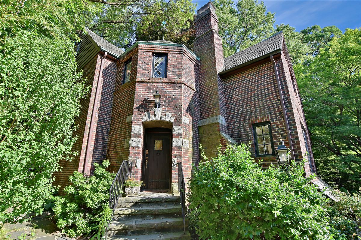 a special enclave on the banks of Hudson luxury real estate