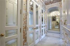 Luxury homes in stunning high floor five-bedroom apartment