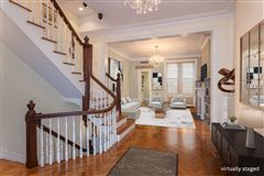 Mansions in striking five-story Manhattan townhouse