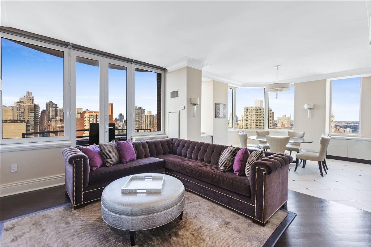 Luxury homes luxurioius and spacious full-floor apartment boasts grand views