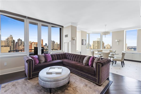 Luxury homes luxurioius and spacious full-floor apartment boasts grand views