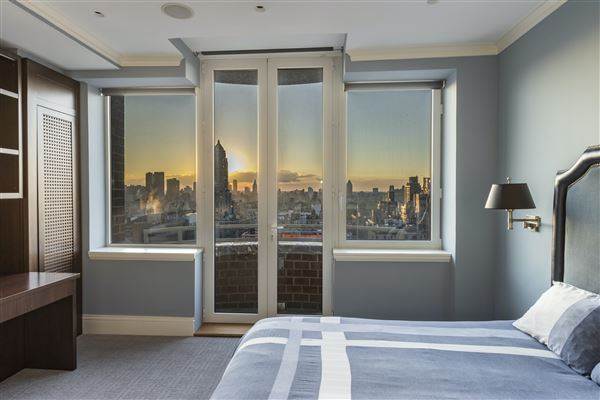 luxurioius and spacious full-floor apartment boasts grand views luxury real estate