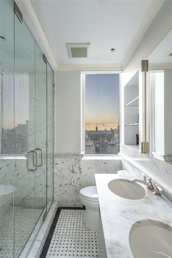 Luxury properties luxurioius and spacious full-floor apartment boasts grand views