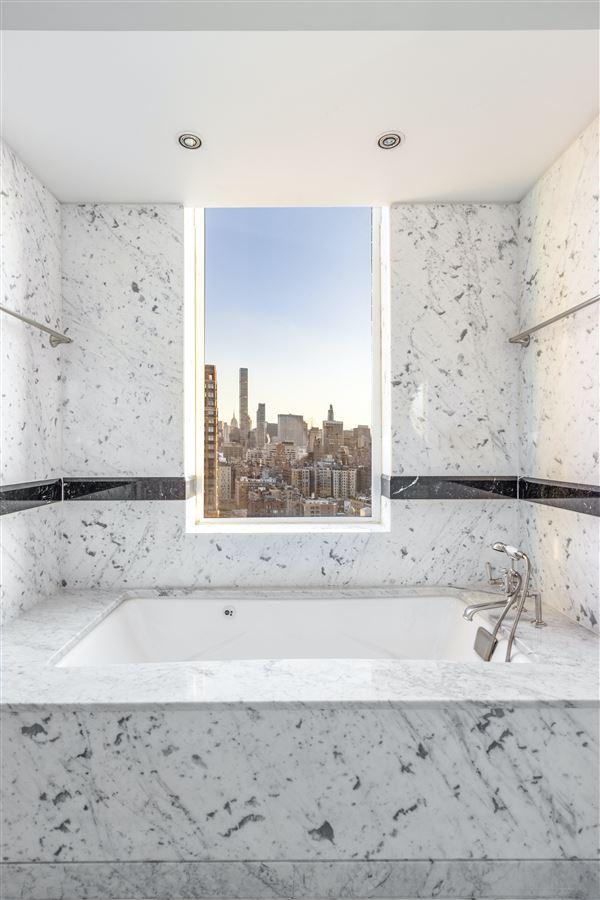 Mansions luxurioius and spacious full-floor apartment boasts grand views