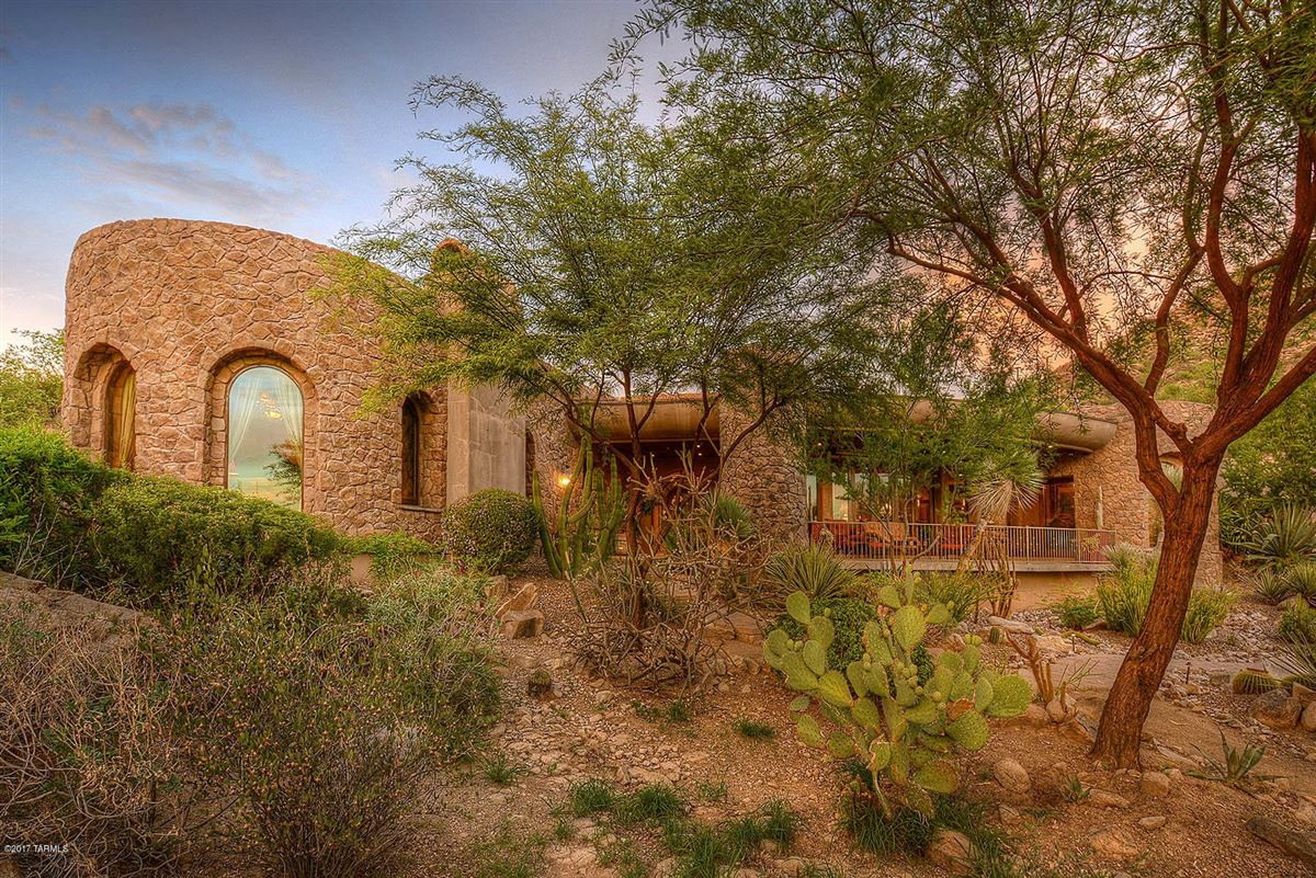 Mansions in dramatic Southwestern contemporary