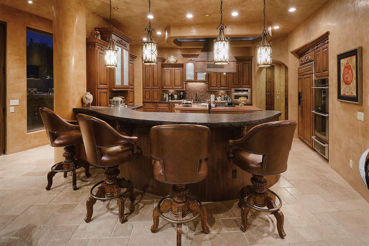 a dramatic Southwestern contemporary mansions