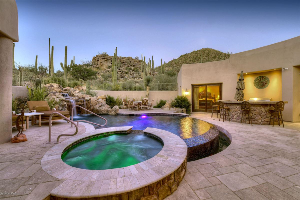 Luxury homes in a dramatic Southwestern contemporary