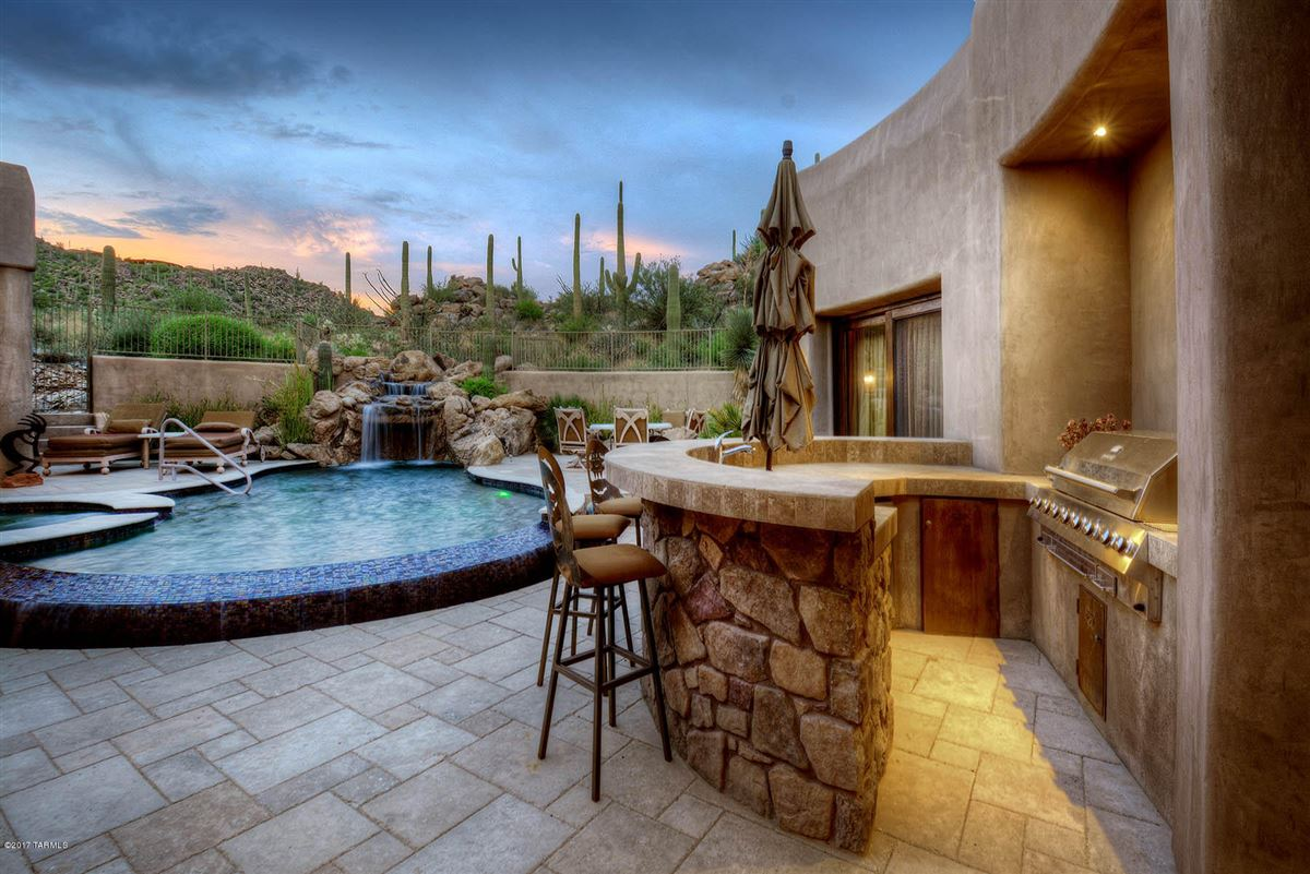 Mansions in a dramatic Southwestern contemporary