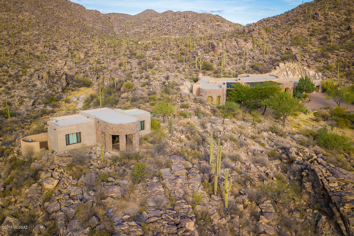 a dramatic Southwestern contemporary luxury homes