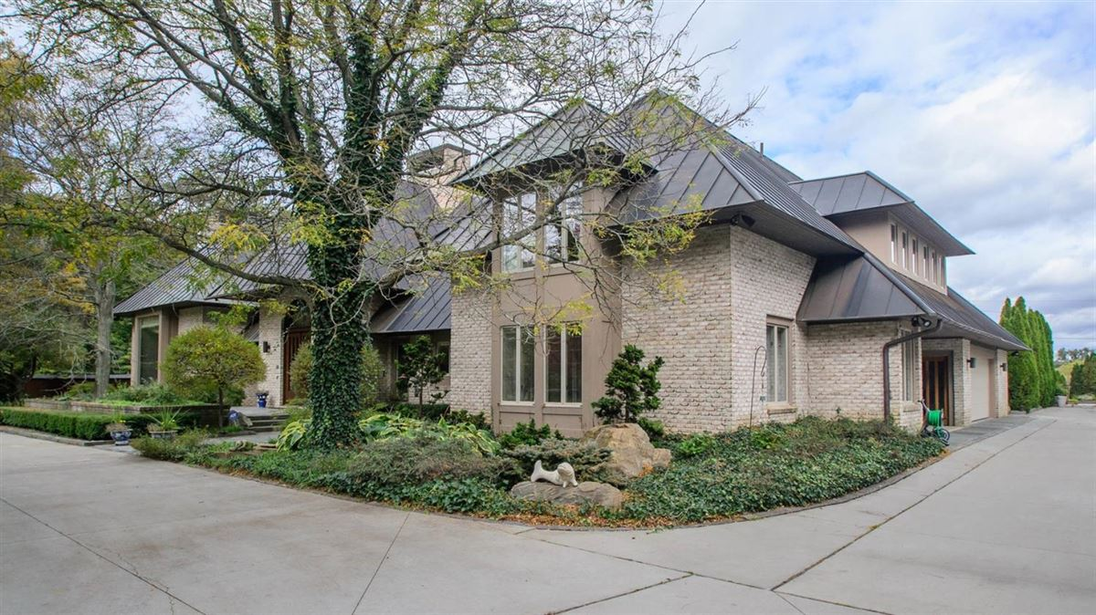 Luxury homes two acre site in the heart of Ann Arbor Hills
