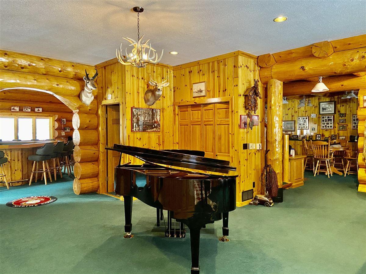 prestigious log home and 400 acres luxury properties
