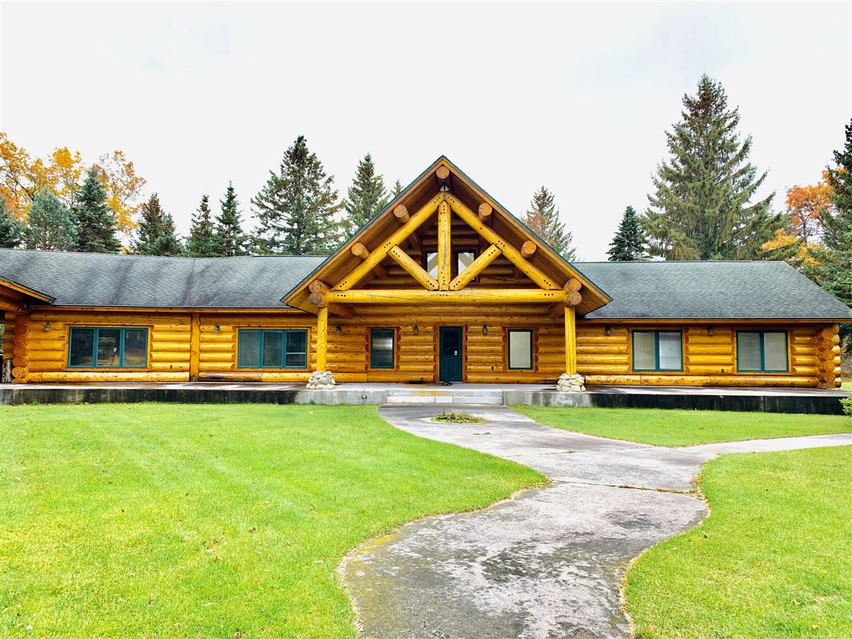 prestigious log home and 400 acres luxury properties