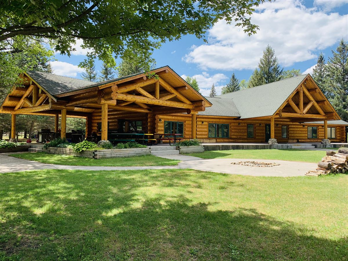 Mansions prestigious log home and 400 acres