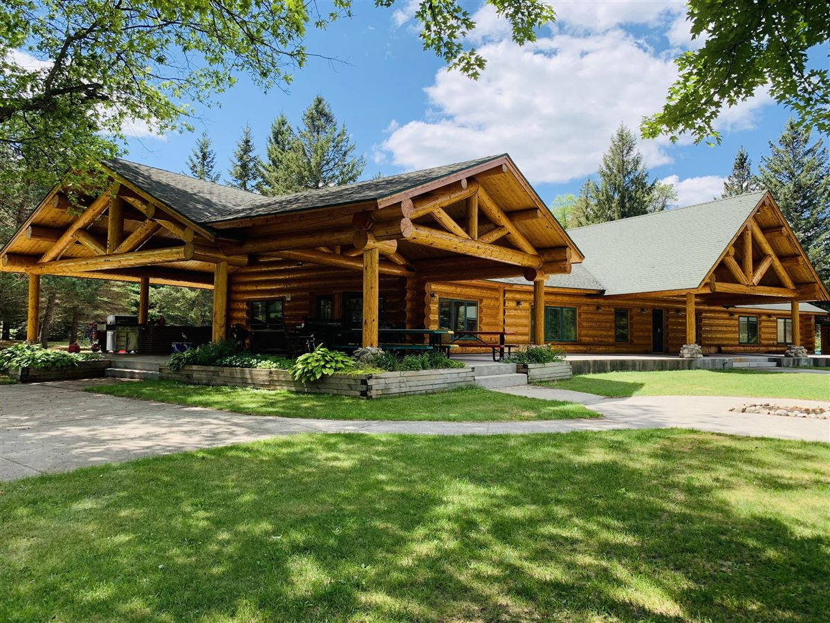 prestigious log home and 400 acres mansions