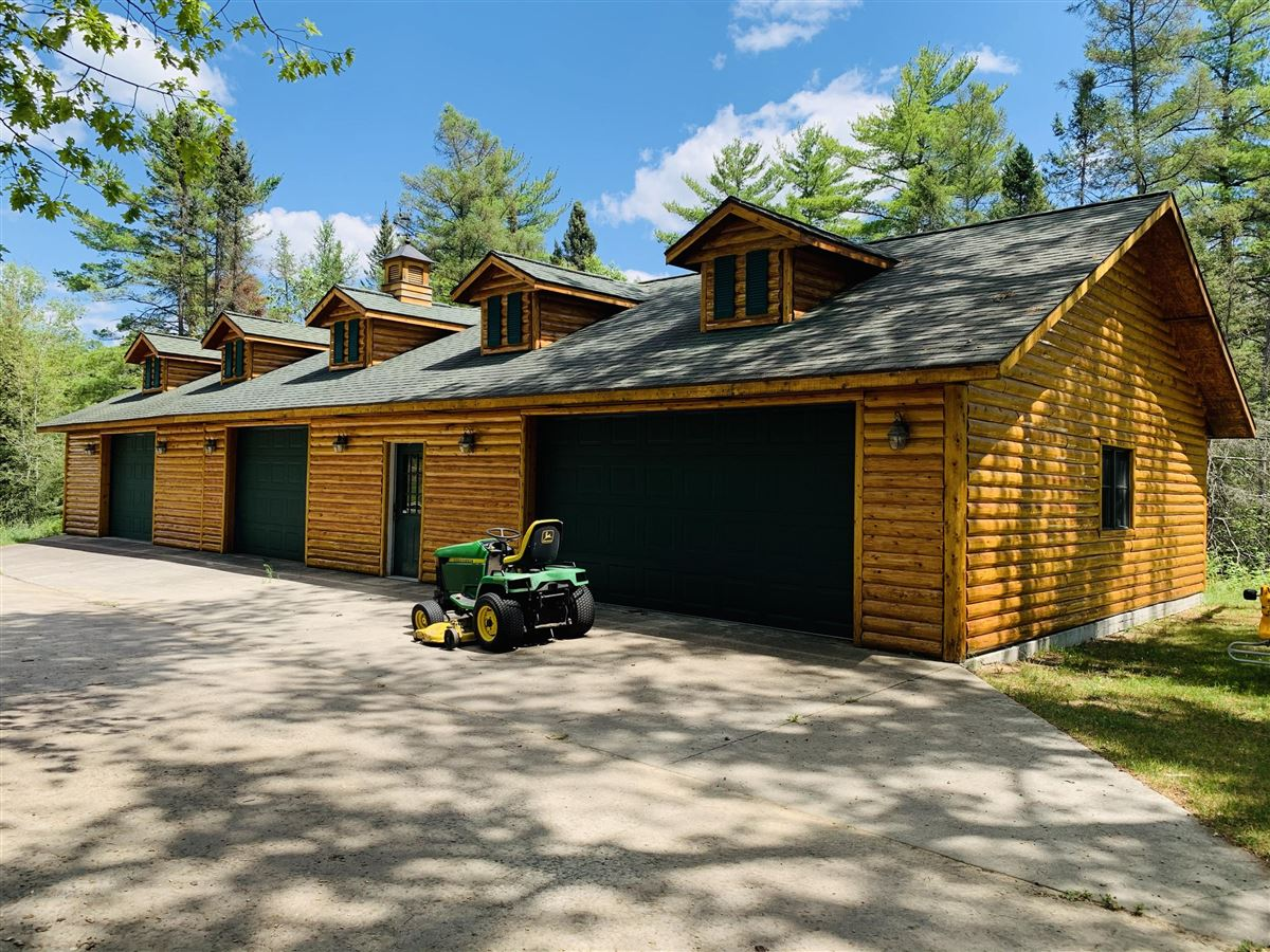 Luxury homes in prestigious log home and 400 acres