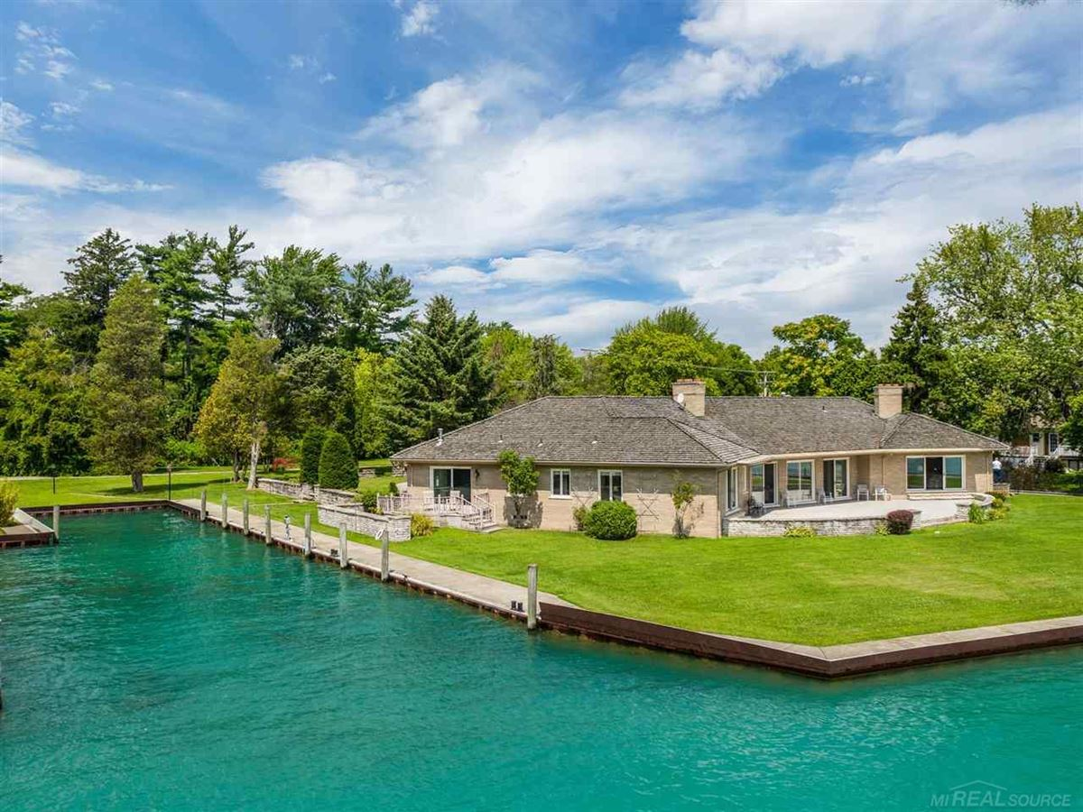 Luxury homes in this beautiful estate home boasts stunning river views