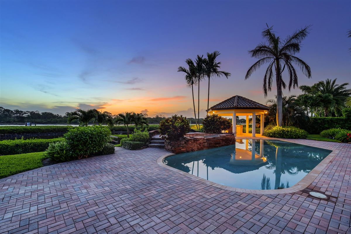 Luxury homes in One of the best lots in Admirals Cove