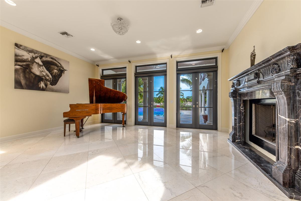 Luxury homes Spectacular direct Intracoastal home