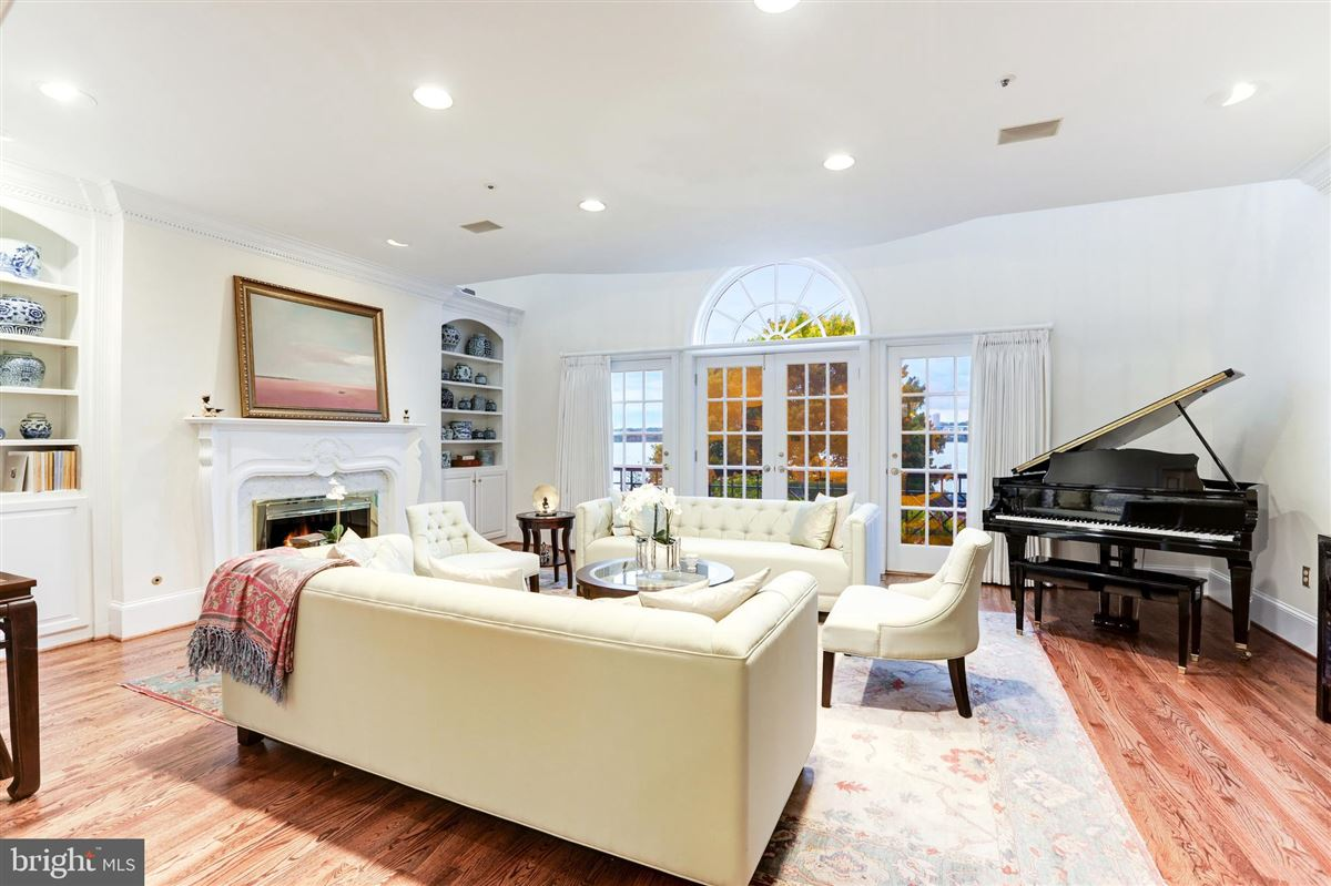 Mansions stunning five-story townhouse in desirable Old Town