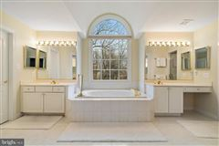 Luxury homes Shows like new