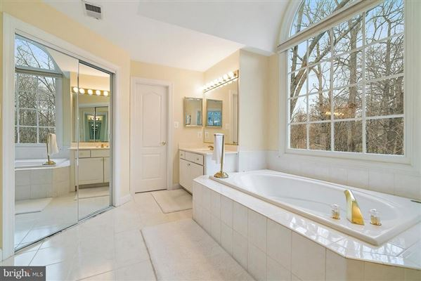 Luxury real estate Shows like new