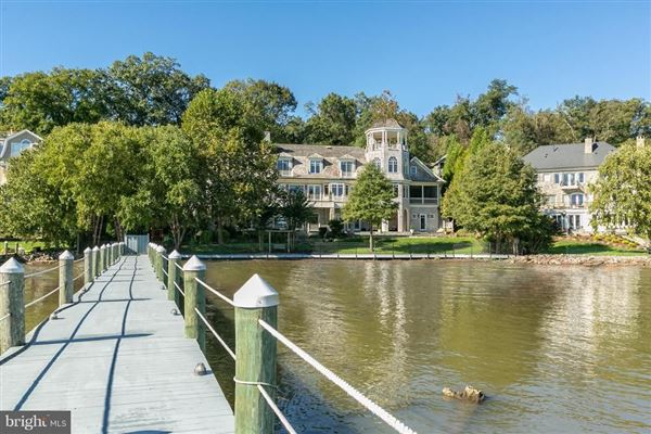 Luxury homes Comfortable Opulence on the Potomac River