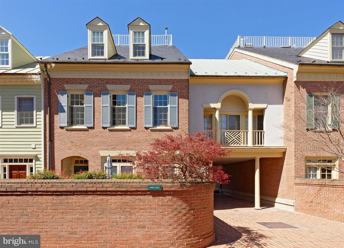 pristine townhouse in sought-after harborside mansions