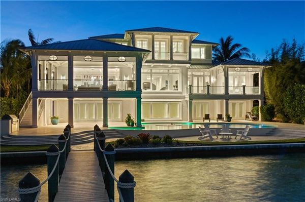 Mansions in Impressive home with panoramic bay views