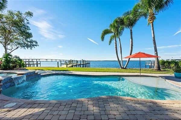 Luxury homes in impressive waterfront estates in Fort Myers