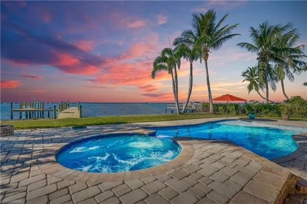 Mansions in impressive waterfront estates in Fort Myers