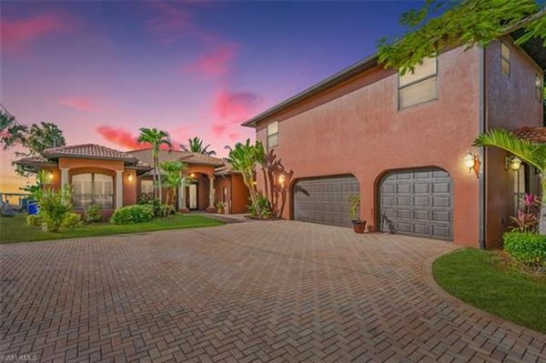 impressive waterfront estates in Fort Myers luxury homes